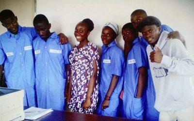 9 jeunes placés dans une formation en soudure dans le cadre d' un programme avec l' UNICEF